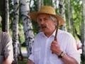 Леопольд Ященко записує фольклорні колективи у МНАПУ. 1996